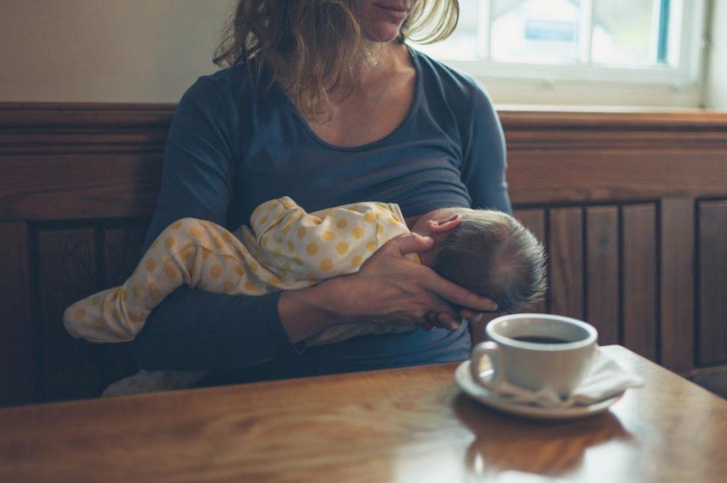 mẹ đang cho con bú có nên uống cà phê không?